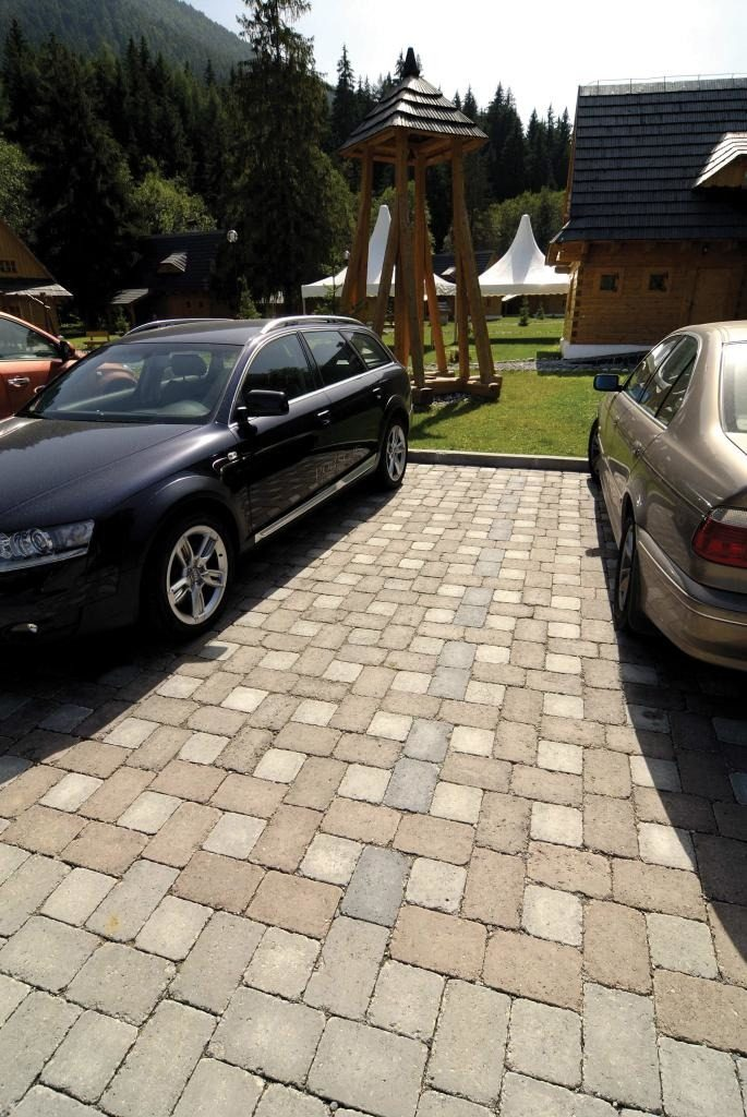 pflastersteine parkplatz mit auto
