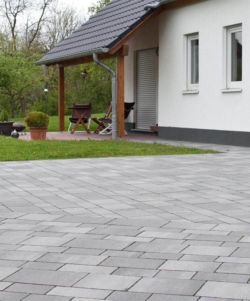 garten mit vordach und davor pflastersteine in farbe grau