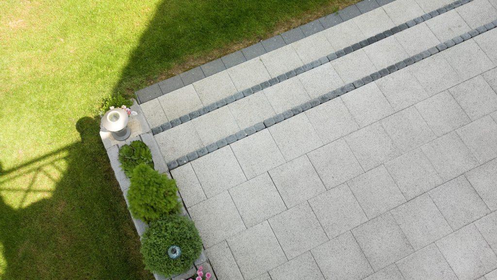 40 mal 40 terrassenplatten aus beton verlegt bei stiegenaufgang