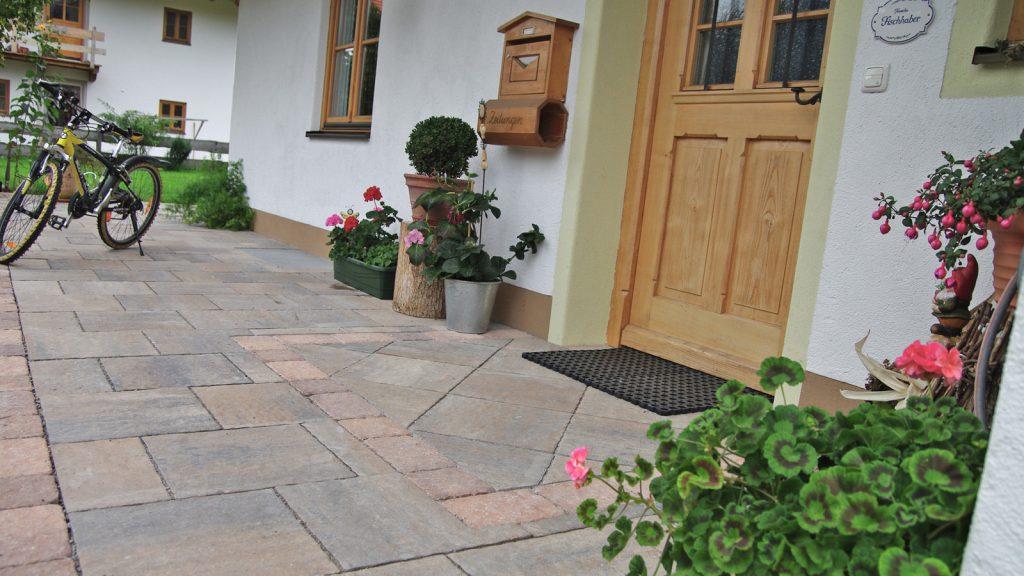 vor der eingangstuer sind giona terrassenplatten verlegt