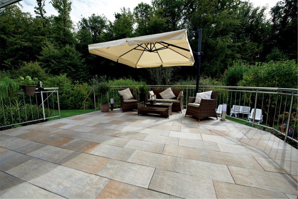 beton platten auf einer terrasse mit sitzbank und sonnenschrim