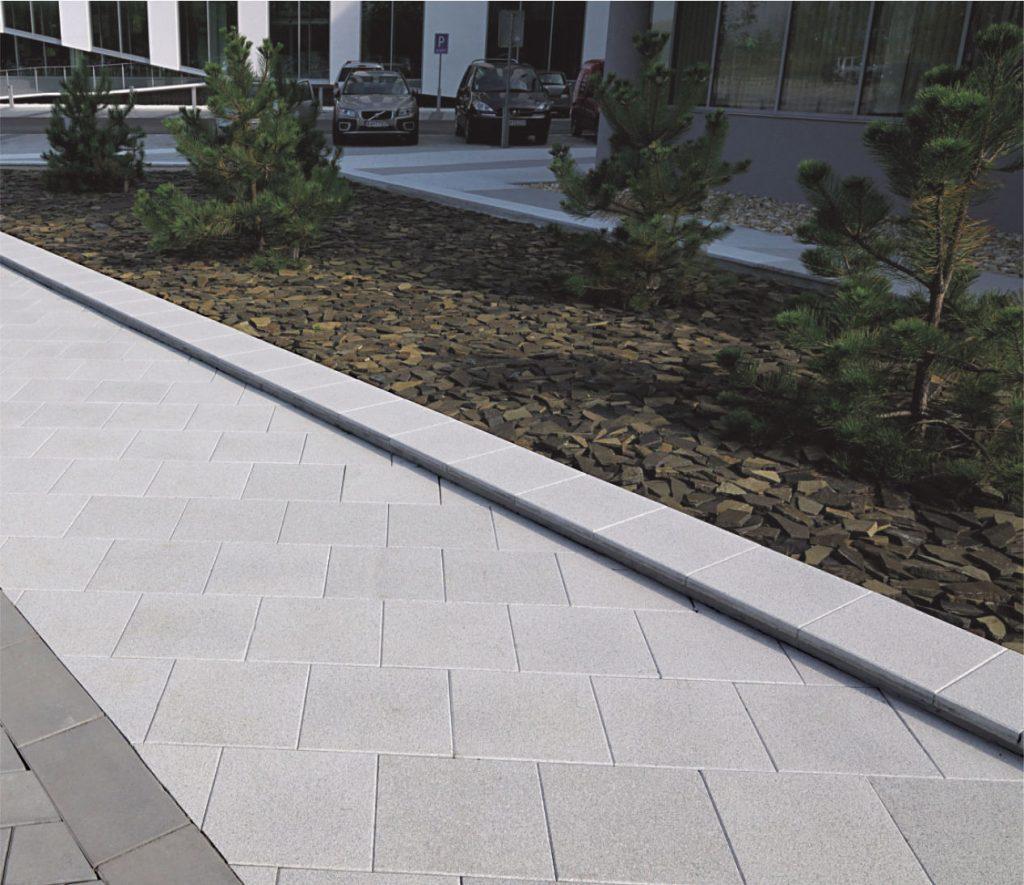 betonplatte als gehweg mit randkante