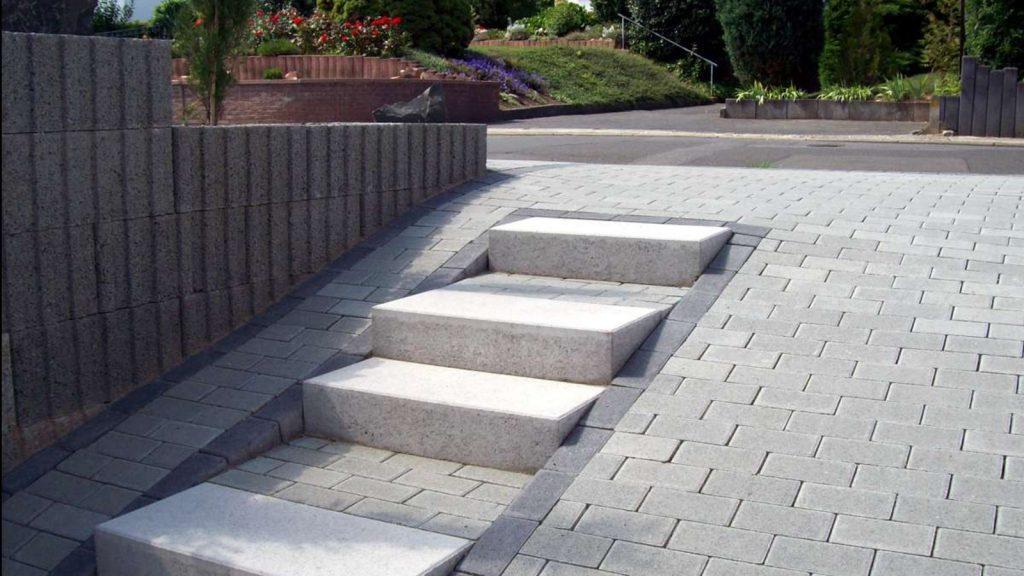 Betonstufen grau auf freiflache mit pflastersteine