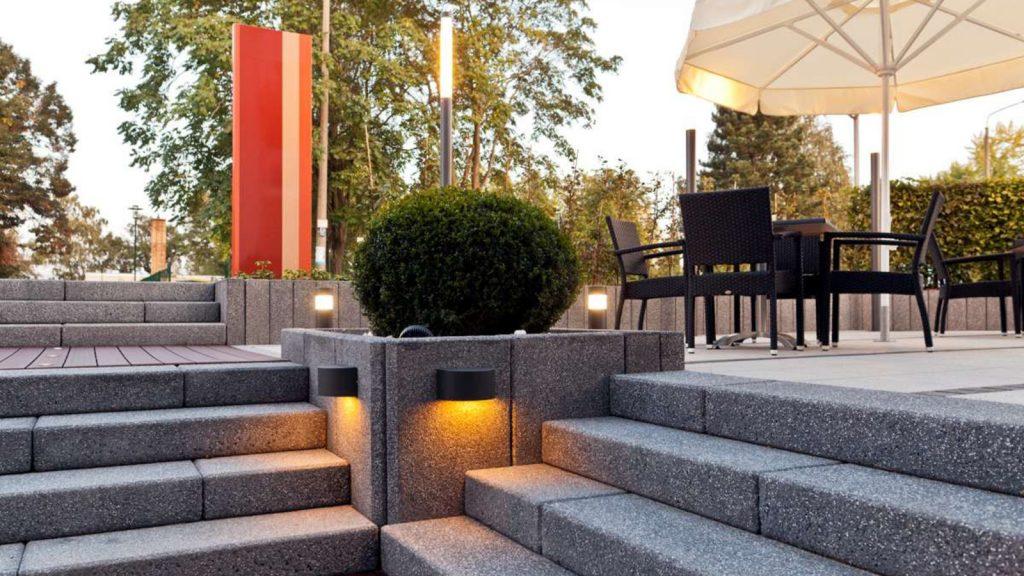 betontreppe mit licht in der mitte