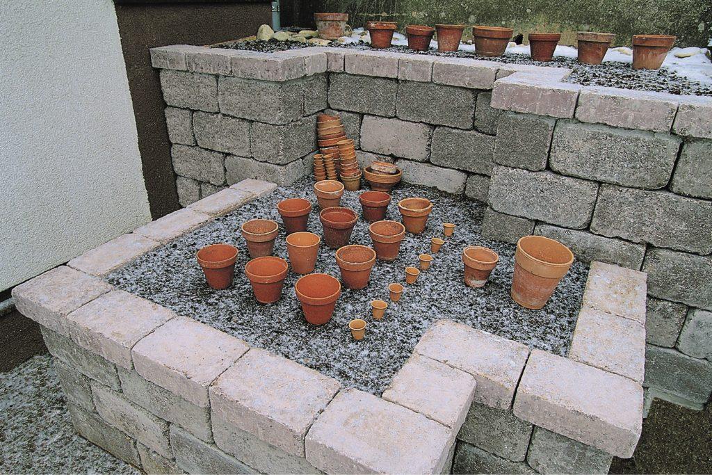 blumenbeet mit granumblok steinen
