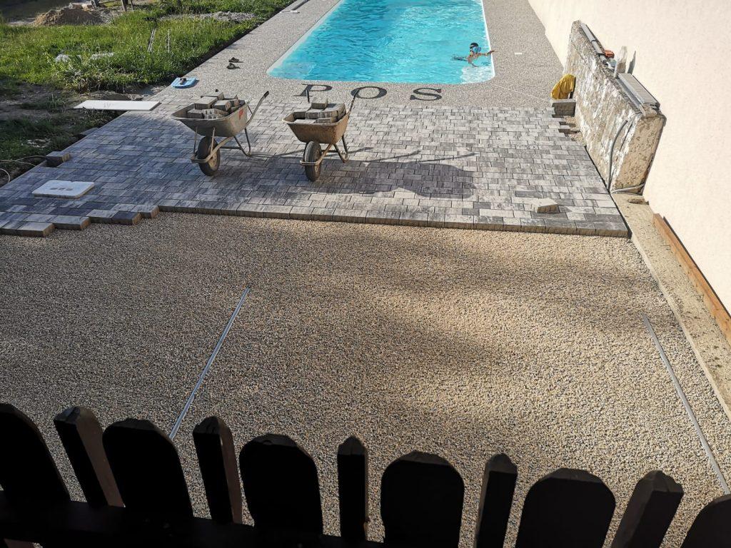 pflastersteine anthrazit grau bei pool im garten verlegt