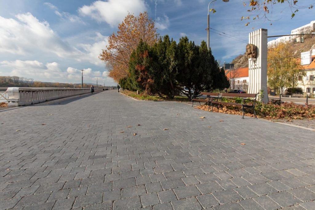 ein spazierweg ist mit graniko pflaster grau dargestellt