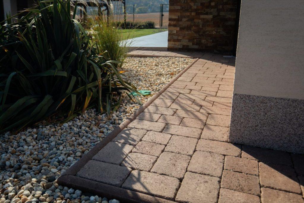 betonpflasterstein hausumrandung mit graniko pflastersteinen
