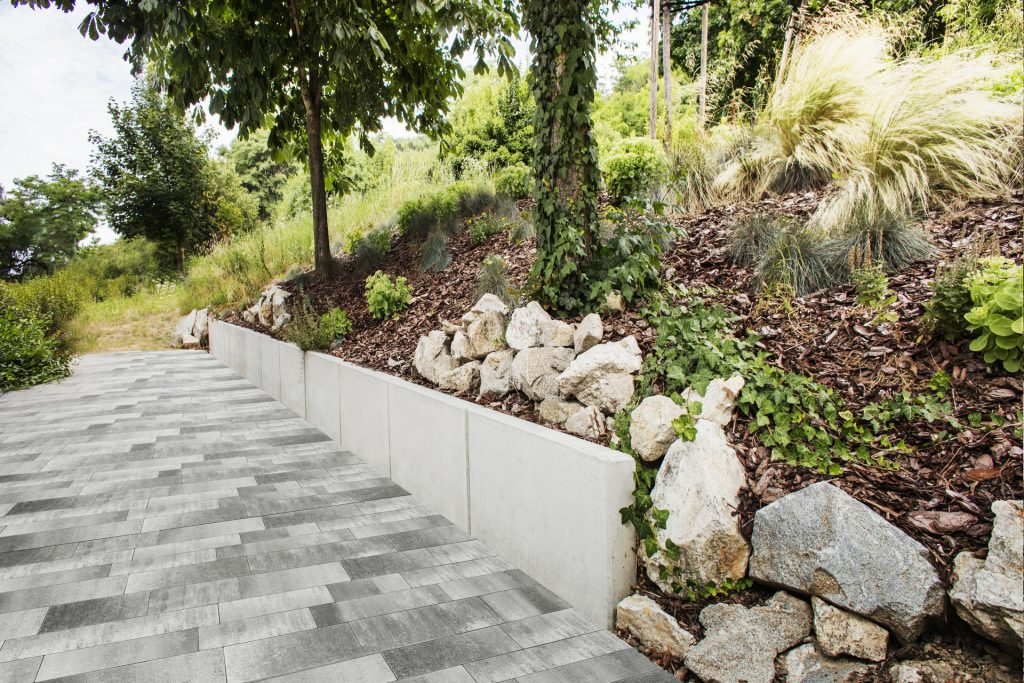 Pflastersteine Beton farbe grau im Garten erlegt