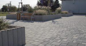 Pflasterstein im Kombiformat in einer Parkanlage verlegt