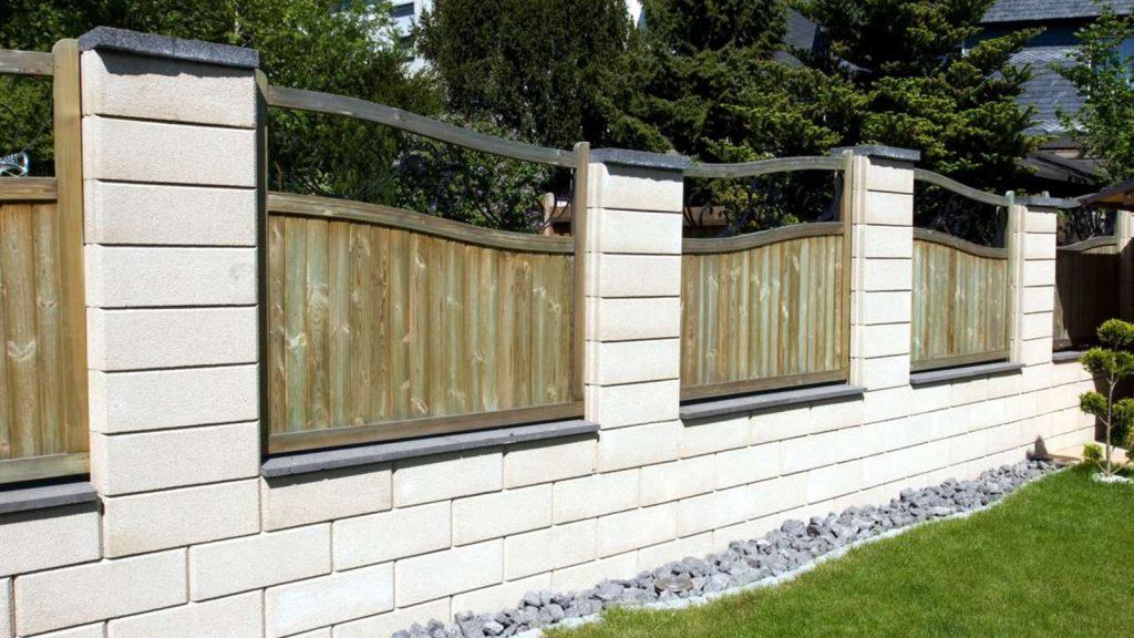 gartenmauerstein mit holz feldern integriert