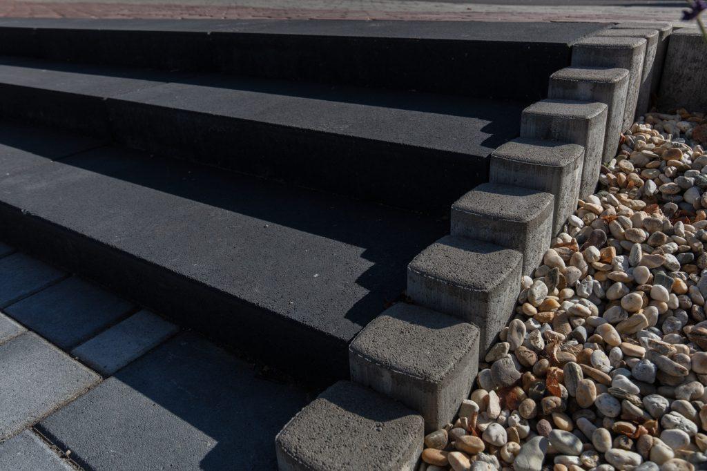 betonstufen Blok anthrazit mit palisaden