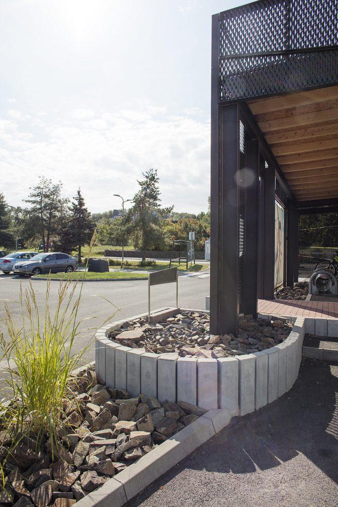 palisaden aus beton als abtrennung von saule