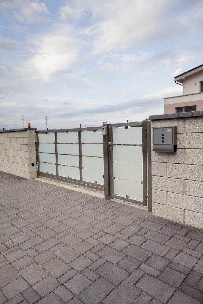 gartenmauersteine beton mit eingangstür und gartentor