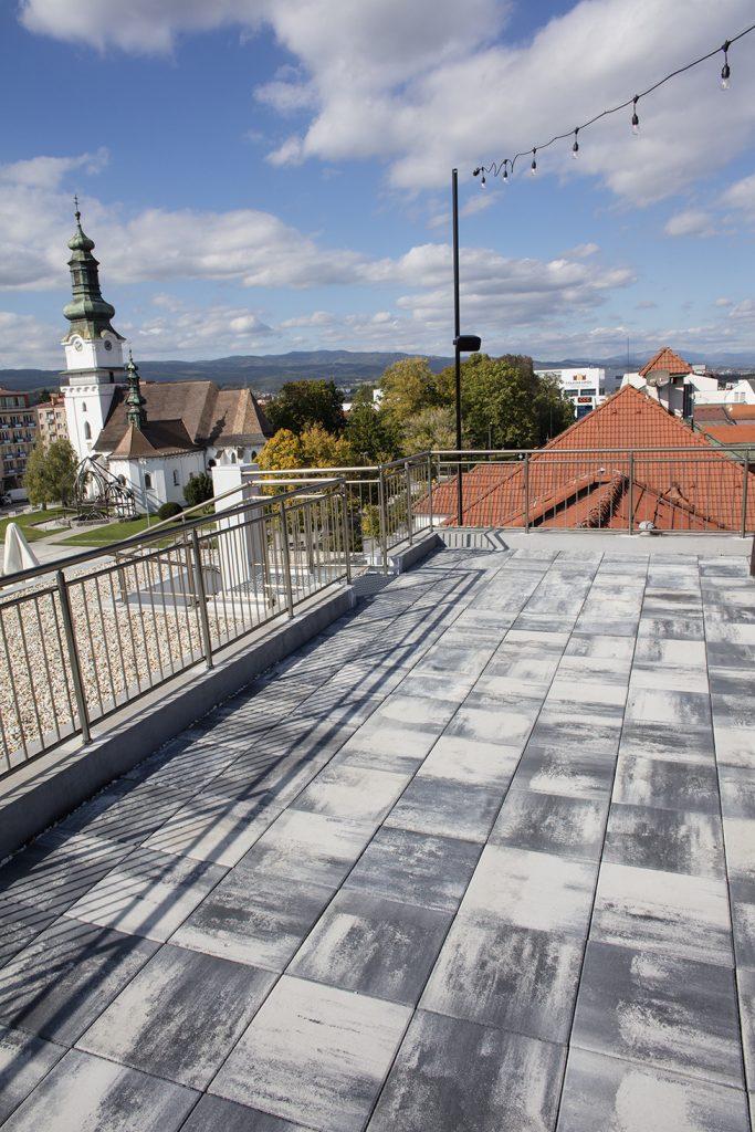 platte terrasse mit blick auf kirche grau anthrazit