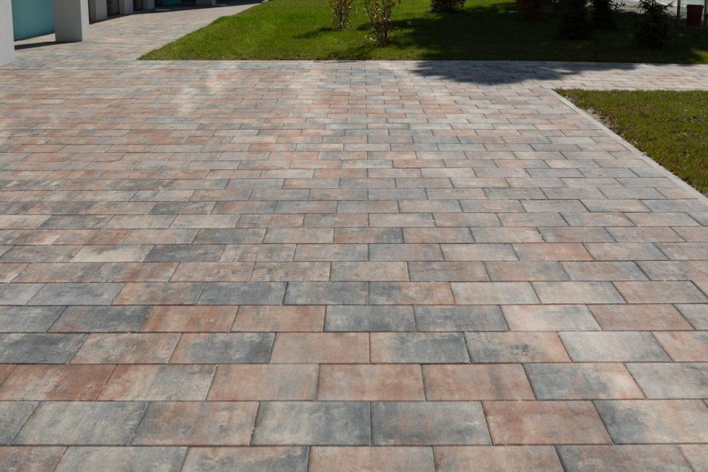 Terrassenplatten verlegt auf grossen platz
