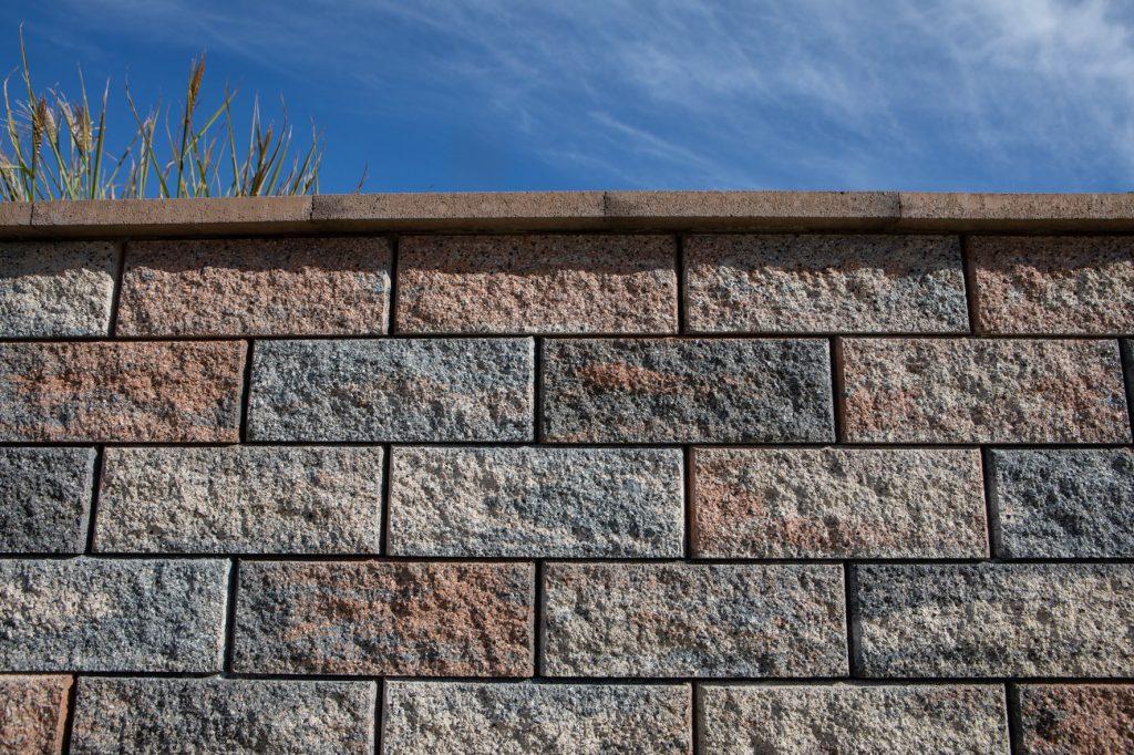 detail aufnahme muschelkalk bei gartenmauer gestalten