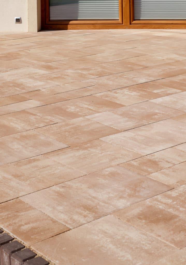 terasse mit betonsteinpflaster farbe latte - braun
