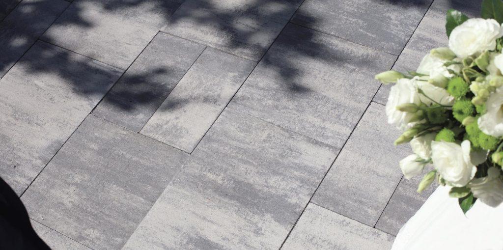 betonsteinpflaster in farbe hell und dunkel grau mit schatten