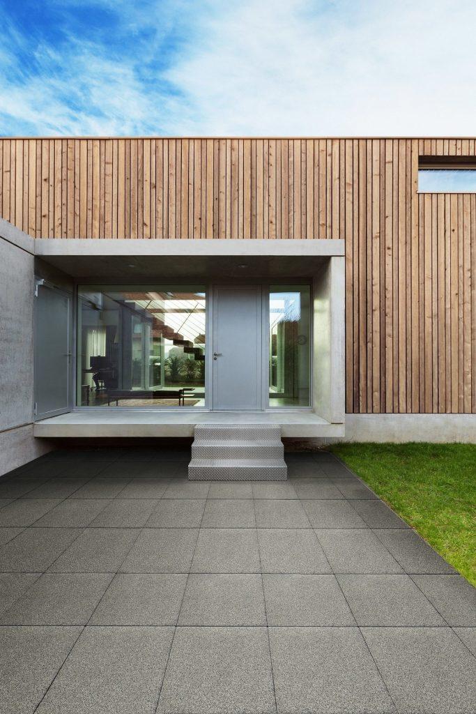 terrasse stein mit glitzereffekt verlegt vor hauseingang