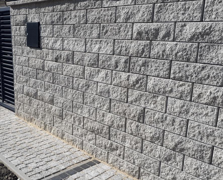 gartenmauer ist mit wandbelag verkleidet dateil aufnahme