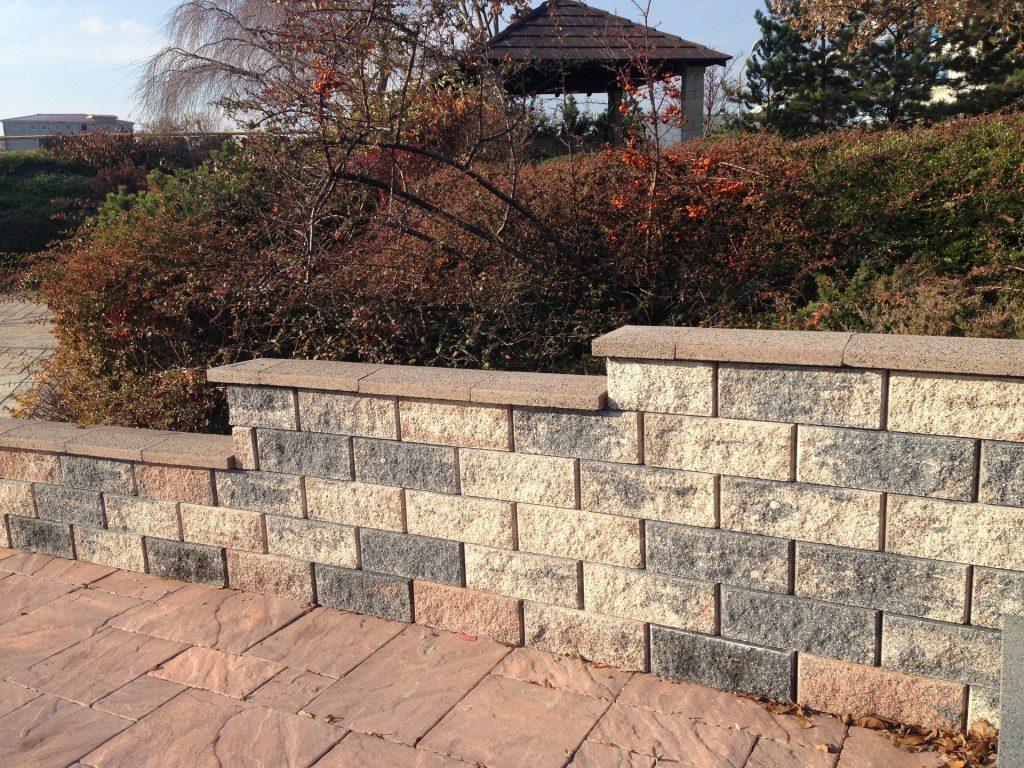 mit o-mac betonsteinen gartenmauer verklaiden in abfallender höhe