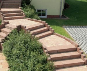 stufen links und rechts von einer ebene nach unten zu steine terrasse