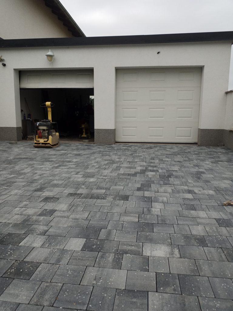 pflasterstein anthrazit vor garage verlegt