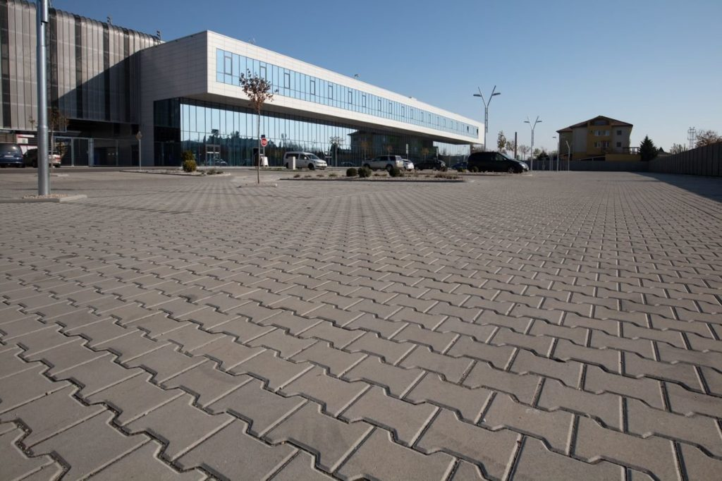 h steine grau am parkplatz verlegt