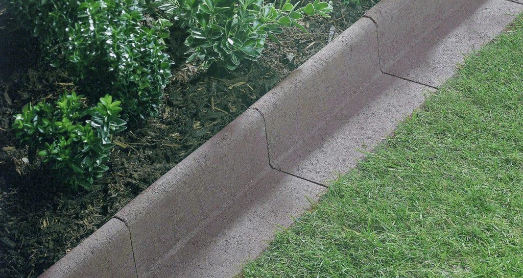 rasenkantensteine im garten verlegt in farbe grau