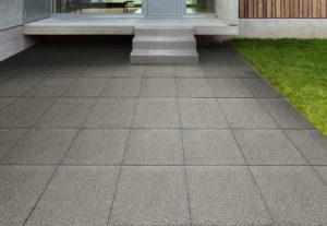 steine terrasse verlegt bei hauseingang