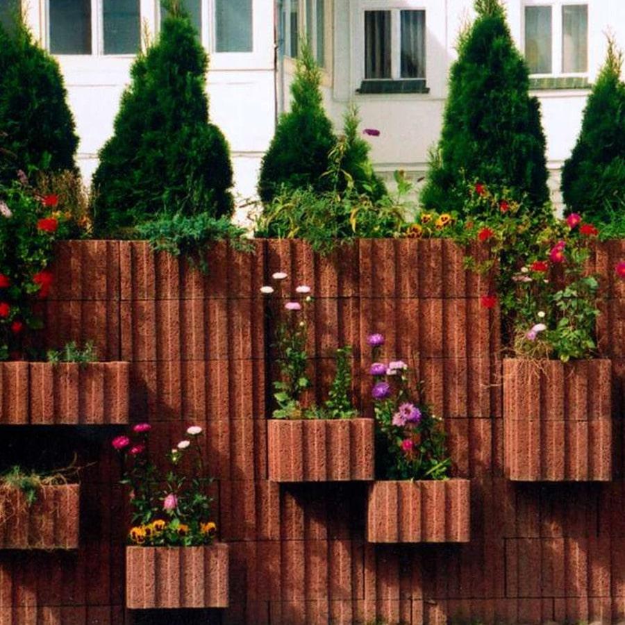 eine wand mit pflanzenringen in farbe braun