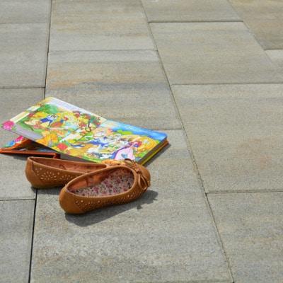 steine terrasse platten in farbe sahara mit einem buch
