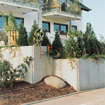 stützwinkel um ein haus herum verziert mit vielen pflanzen